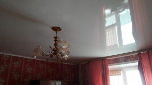 Глянцевый потолок с люстрой